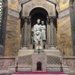 statue all'interno della chiesa di Milano