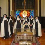 Gruppo di monache a Milano