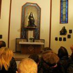 Persone che guardano una statua