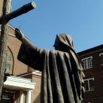 Statua davanti al Convento