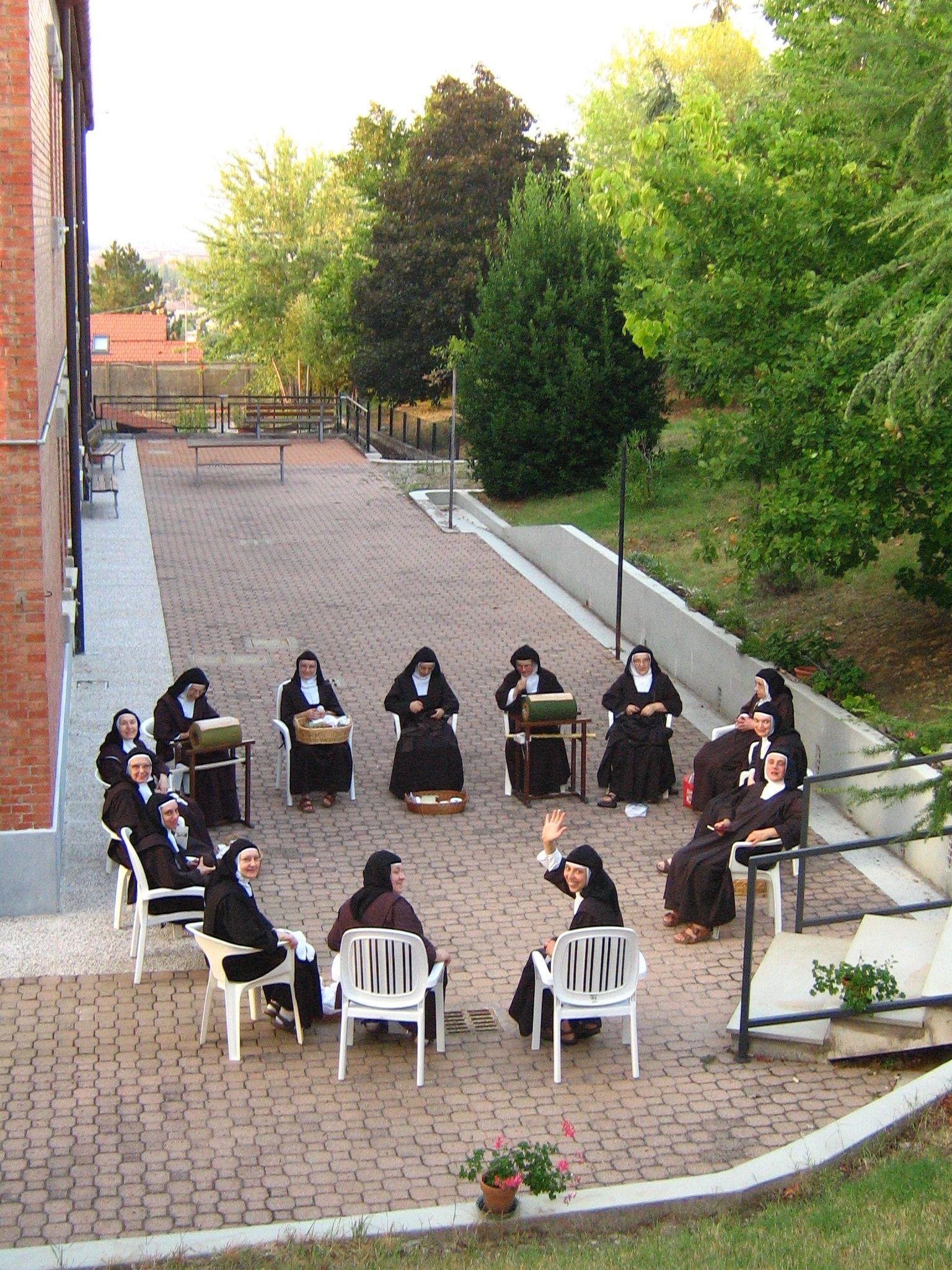 Gruppo di monache che lavorano