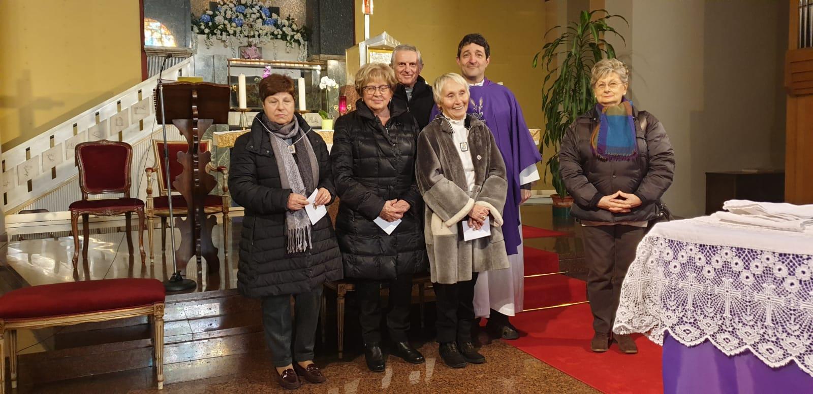 Persone sull'altare della chiesa
