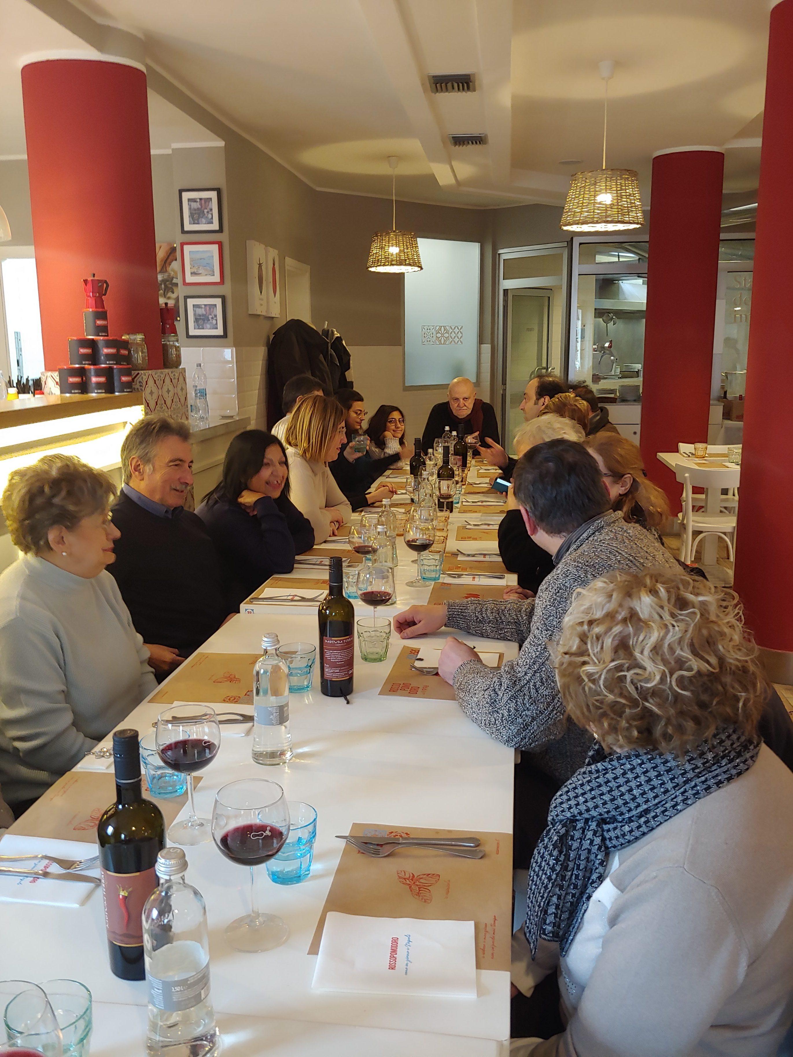 Persone mentre pranzano