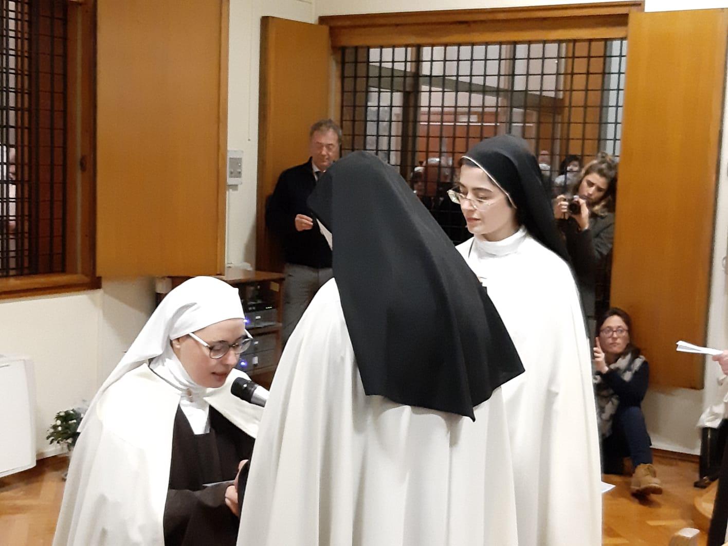Monaca inchinata durante professione solenne
