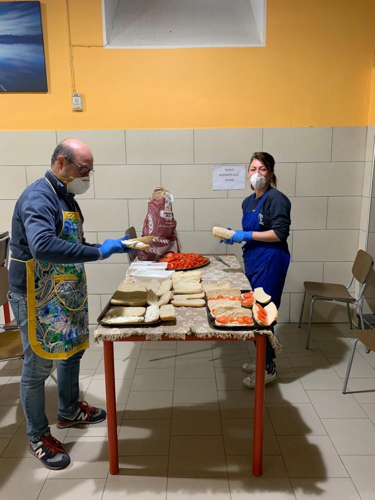 Due lavoratori in cucina