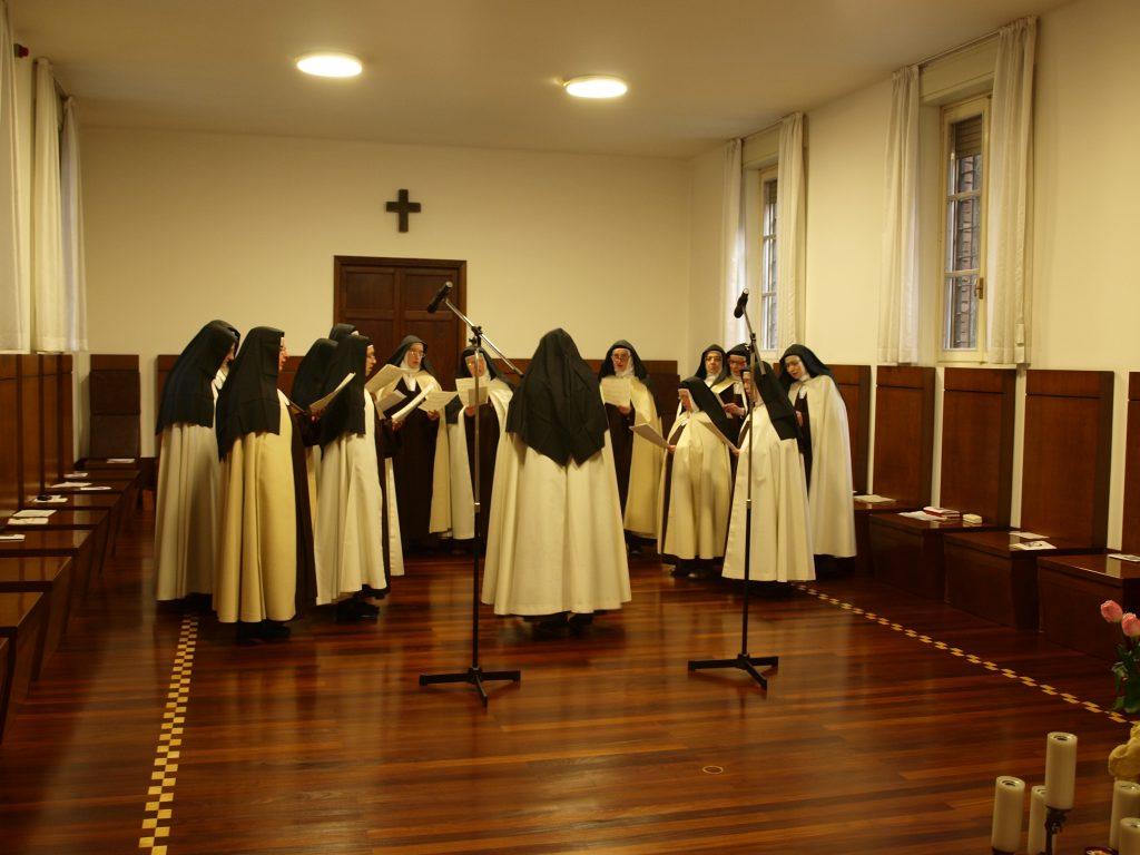 Gruppo monache in coro