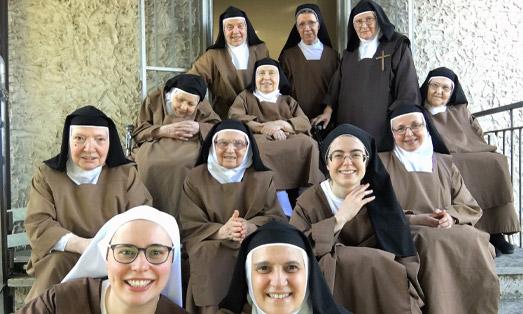 Foto in cui ci sono tutte le suore di un monastero
