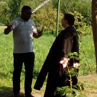 due persone che parlano nel giardino di Carmelo