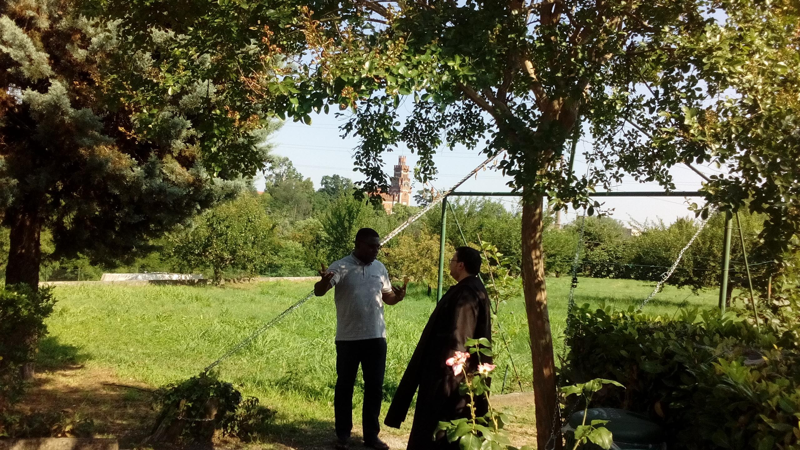 due persone nel giardino del Carmelo