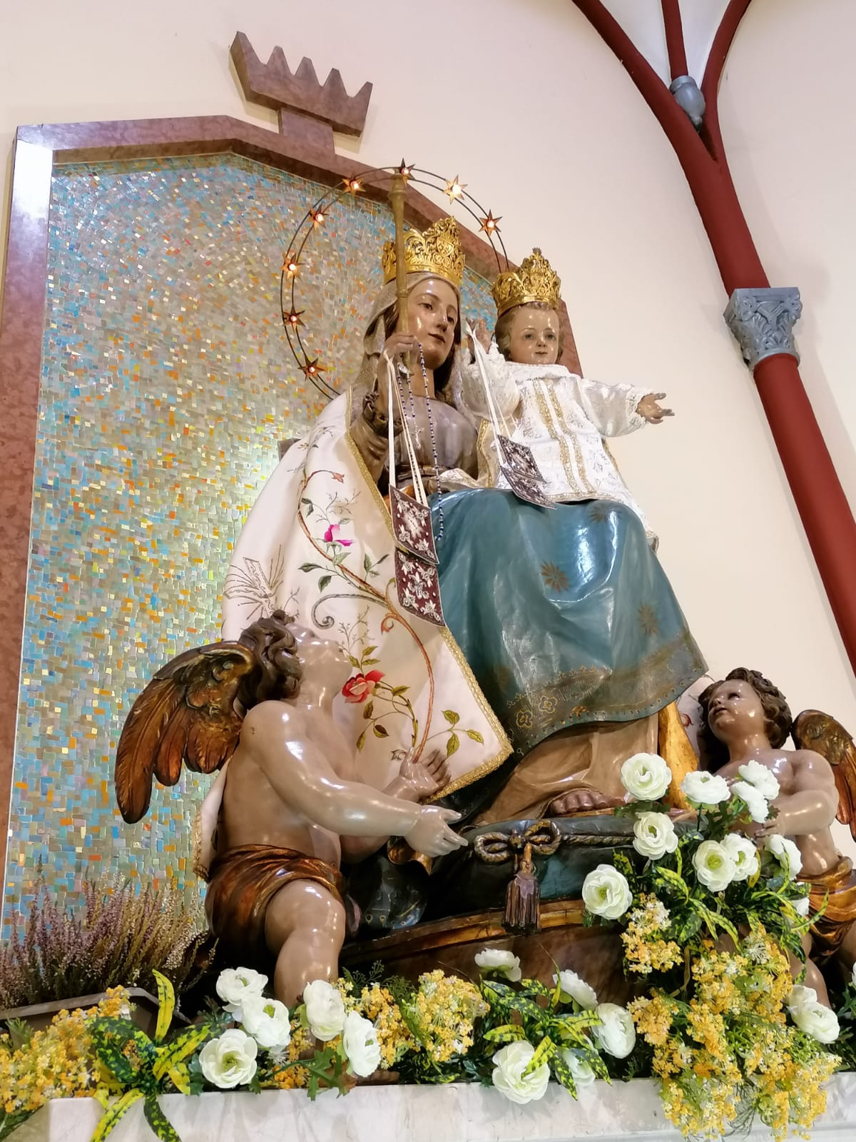 Statua di legno di Maria e Gesù bambino