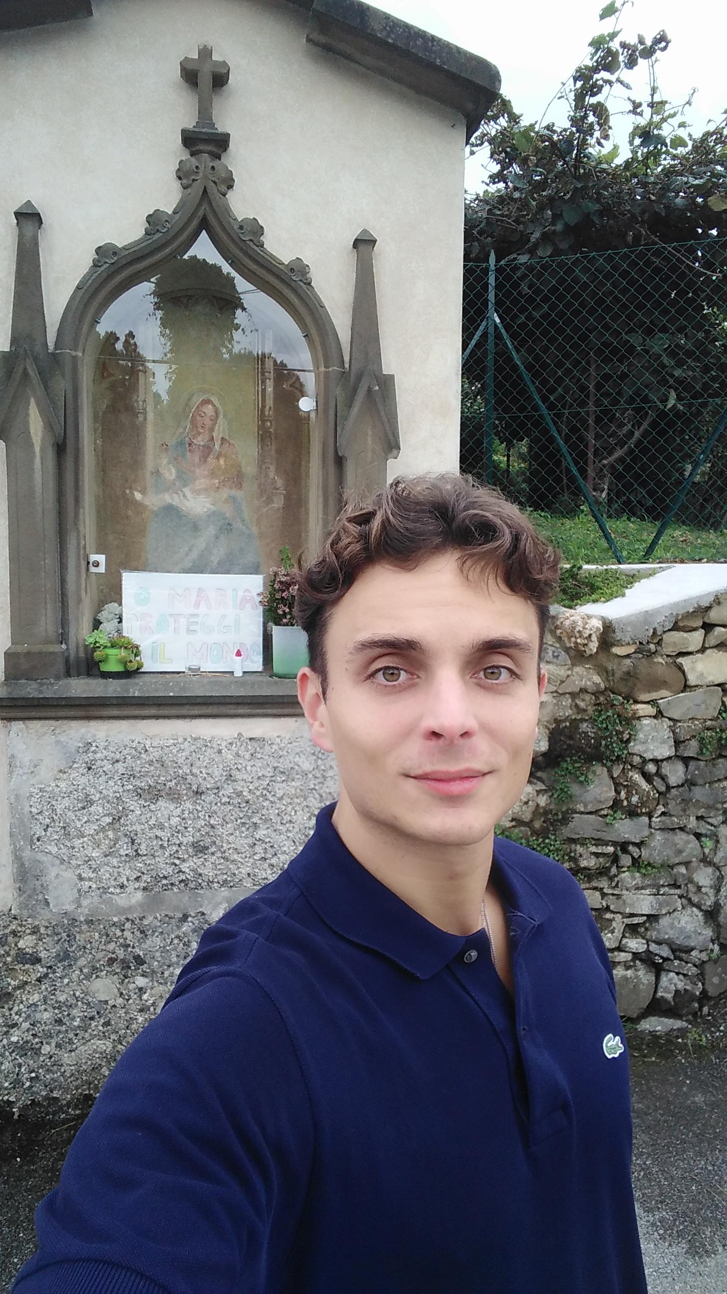 Persona davanti ad una rappresentazione di Maria