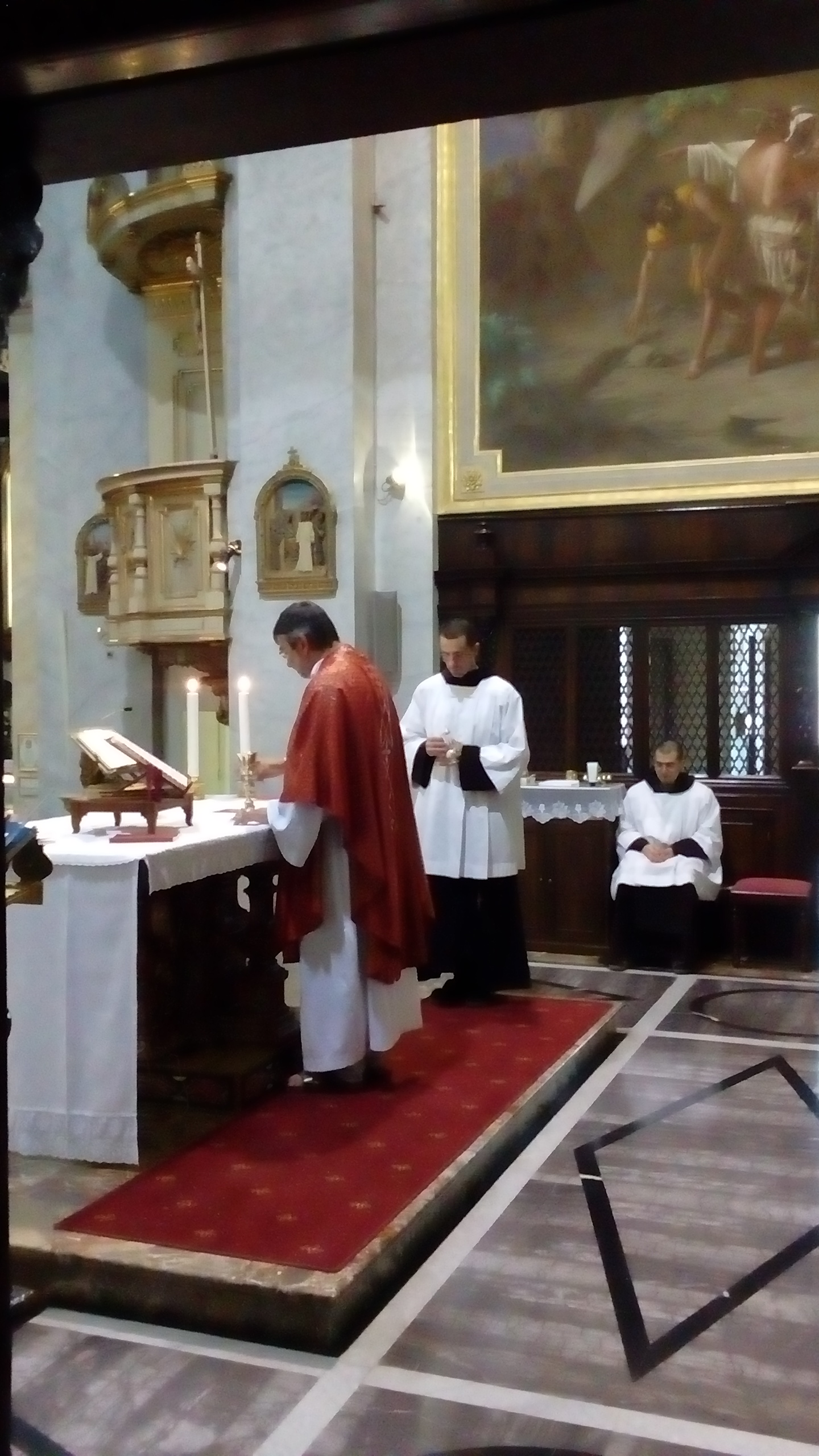 Padre Fausto che celebra la messa