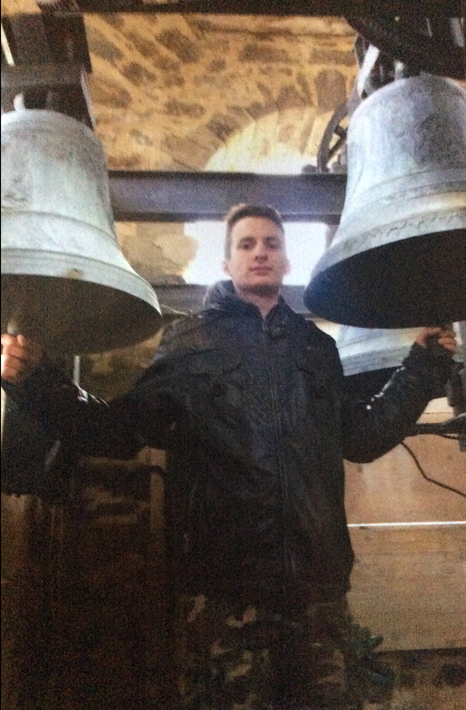 Ragazze che suona le campane della chiesa