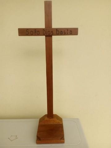 Croce in legno realizzata da Roberto Dall'Olmo